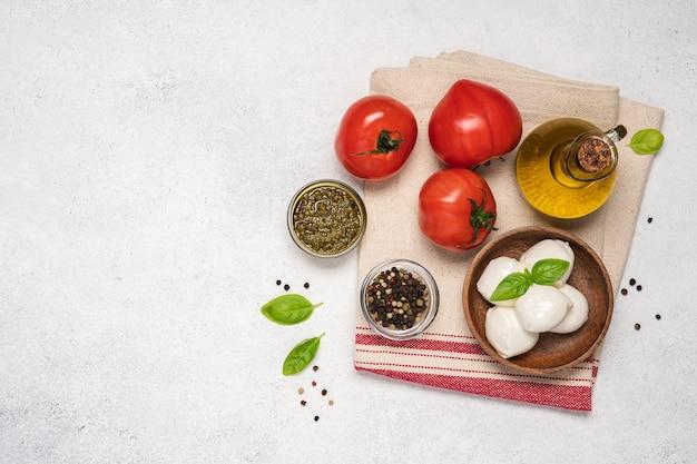 카프레제 샐러드용 모짜렐라 토마토 올리브 오일과 바질