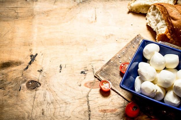 Моцарелла со свежим хлебом и помидорами.