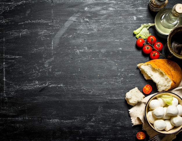 Моцарелла со свежим хлебом, помидорами и зеленью.