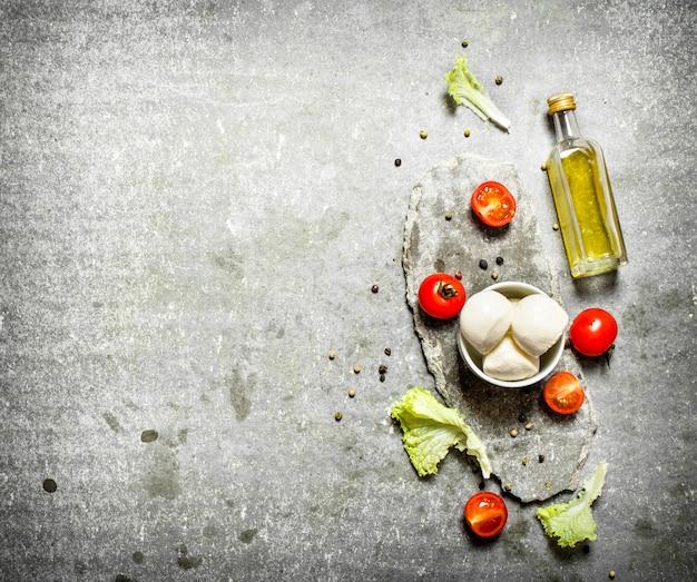 Моцарелла с оливковым маслом, помидорами и специями.