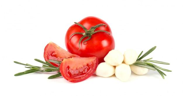 白い背景で隔離のトマトのモッツァレラチーズ。イタリアの食材
