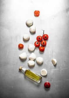 Моцарелла с помидорами и оливковым маслом на металлическом столе