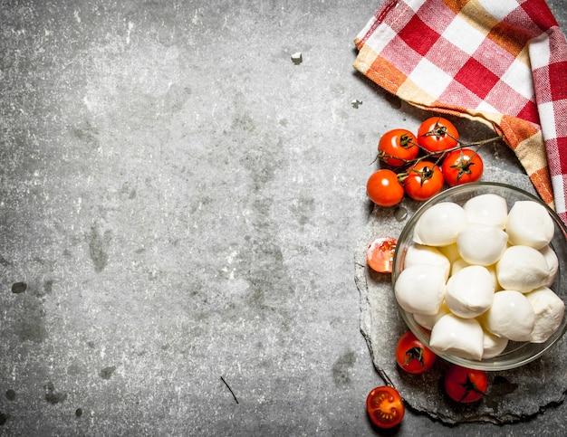 Моцарелла с помидорами.