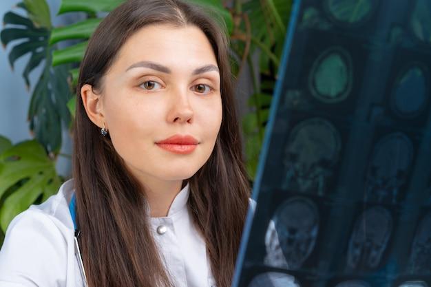 Изображение доктора женщины рассматривая mr пациента в ее офисе