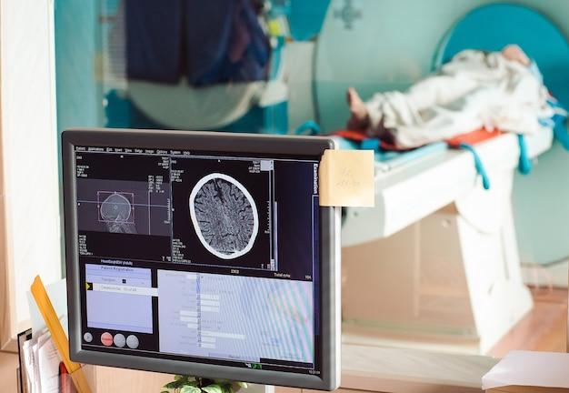 Аппарат мрт и экраны с врачом и медсестрой