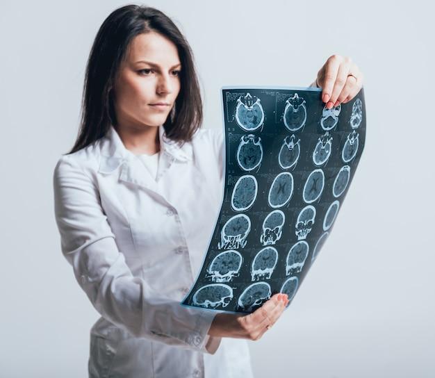 医師は患者のmriスキャンを注意深く検査します。