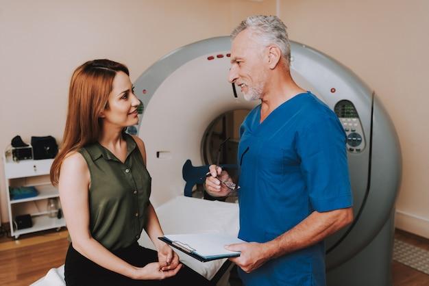 医師はmriの後に女性の診断をします。