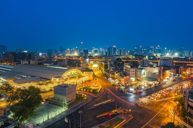 Центральный железнодорожный вокзал бангкока и станция mrt с видом на окрестности бангкок
