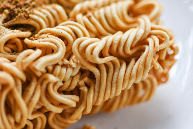 Лапша быстрого приготовления с приправами глутамат натрия / крупный план нездоровой пищи или фаст-фуд диеты нездоровой едят концепции msg