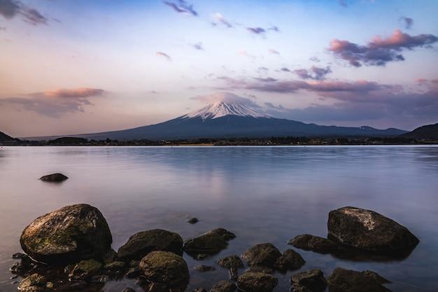 Mt. фудзи в кавагутико фудзиёсида, япония. гора фудзи - самая высокая гора японии
