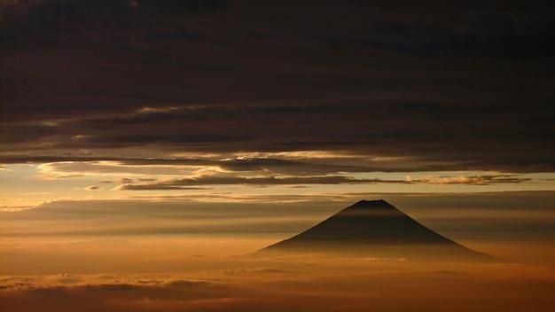 日本の秋の夕暮れ時の富士山の眺め