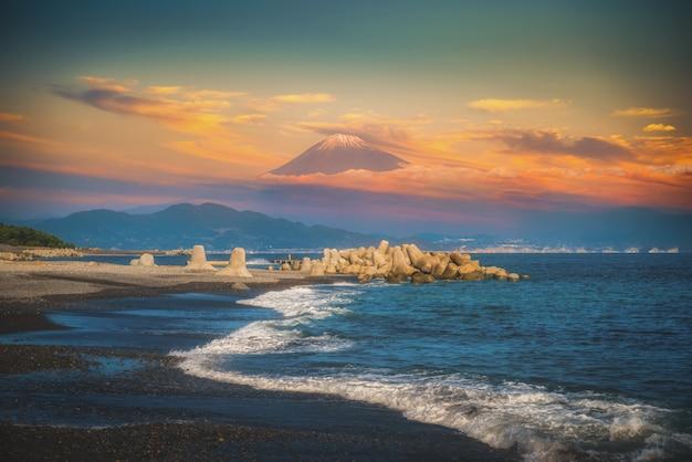 Mt. фудзи с пляжем на закате в михо-но-мацубара, сидзуока, япония