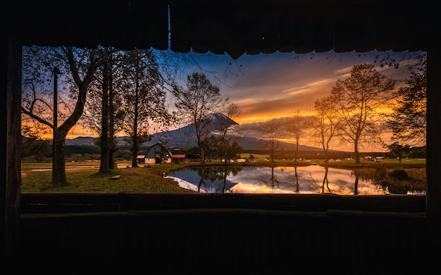 富士山富士宮に日の出の大きな木々と湖がある富士
