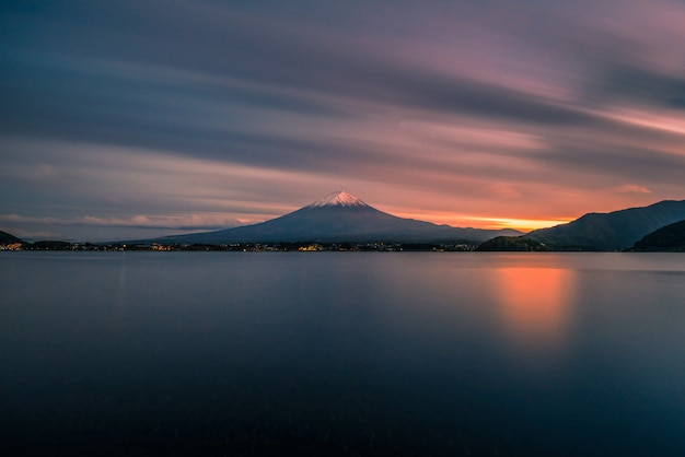 Mt. фудзи над озером кавагутико на закате в фудзикавагучико, япония.