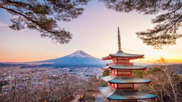 Фудзиёсида, япония на пагоде чурейто и mt. фудзи на закате