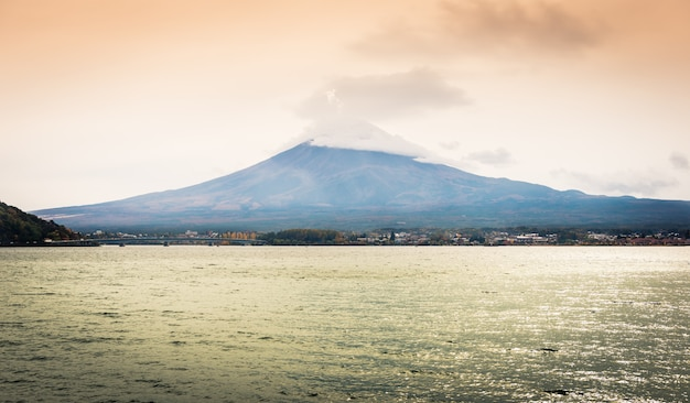 Mt. фудзи и озеро фон