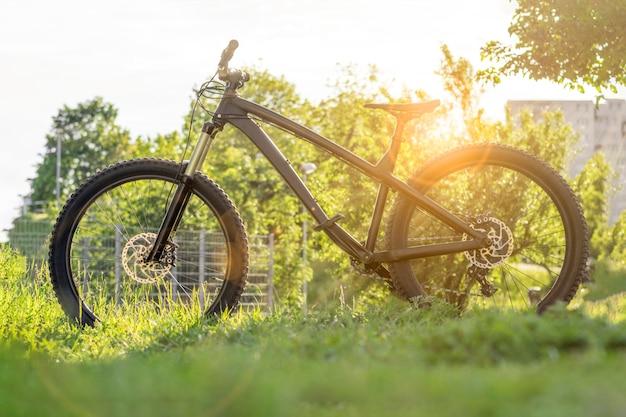現代の自転車。日没時の黒いマウンテンバイク。トレイルバイク。ハードテイルエンデューロmtb