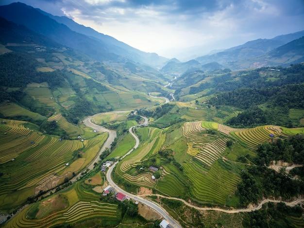 美しい谷、mu cang chai、yenbai、ベトナムの山道。