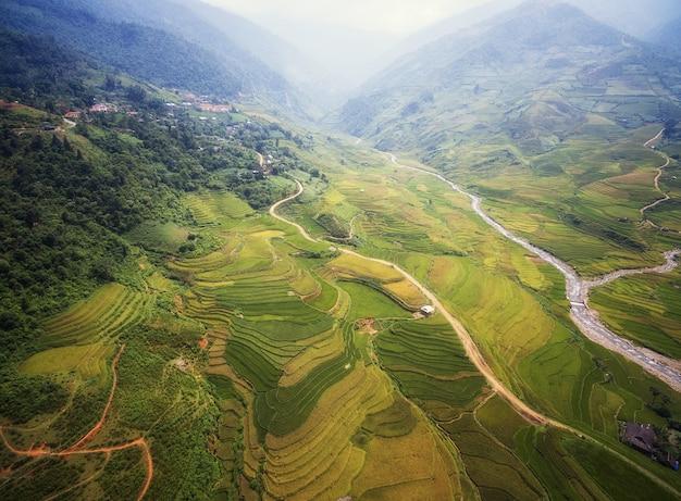 Mu cang chai、yenbai、ベトナムの棚田の水田の空撮