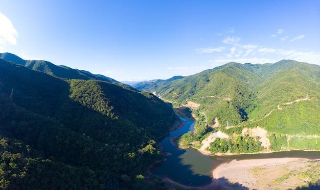 北ラオスの山々にあるムアンクア渓谷澄んだ青い空
