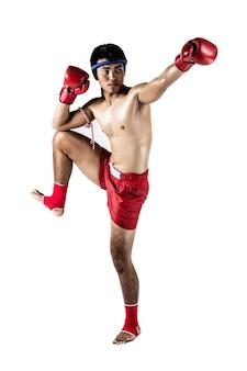 ムエタイ、白い背景で隔離のタイのボクシングを行使するアジア人男性