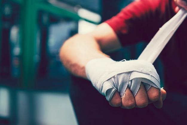 Muaythaiボクサーは彼の拳を包帯