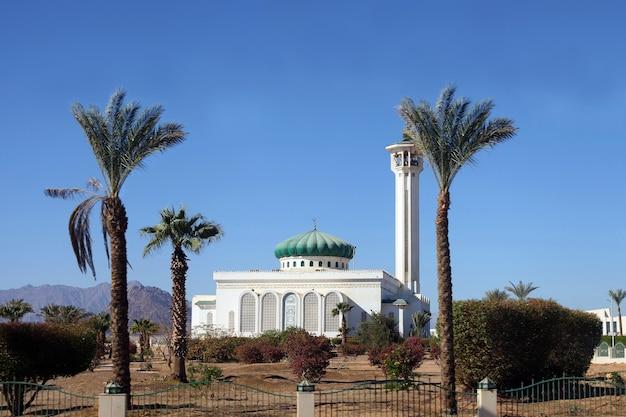 이집트의 이슬람 교회인 무바라크 모스크. 낮 시간에 sharm-el-sheikh의 큰 모스크