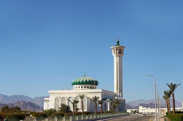 이집트의 이슬람 교회인 무바라크 모스크. 낮 시간에 Sharm-el-sheikh의 큰 모스크 프리미엄 사진