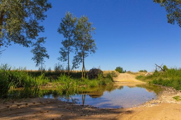 Грязевая дорога, пересеченная рекой. грязь. болото.
