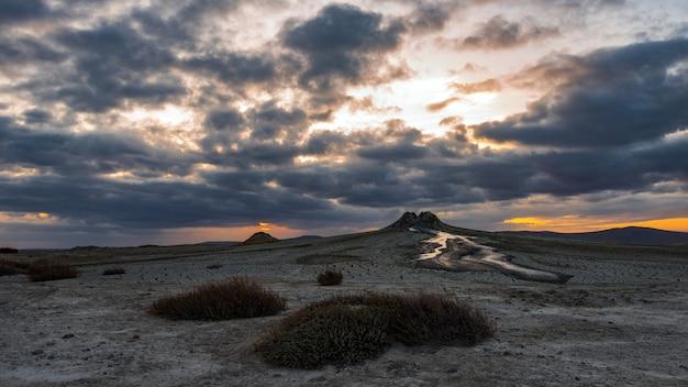日没時の泥火山、驚くべき自然現象