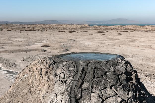 泥火山は驚くべき自然現象です