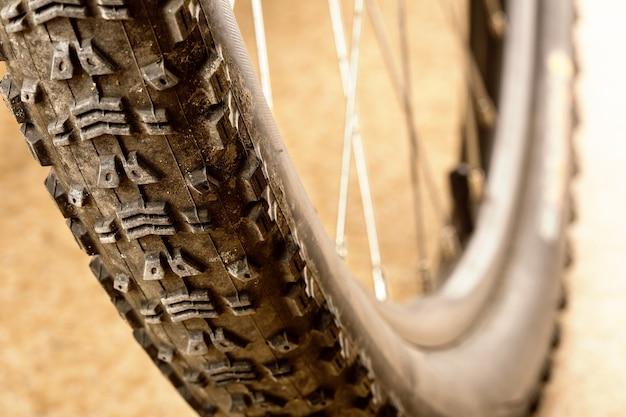 マウンテンバイクの泥だらけのタイヤ