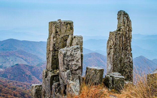 Стоящий камень на горе mudeungsan национальный парк, кванджу, южная корея.