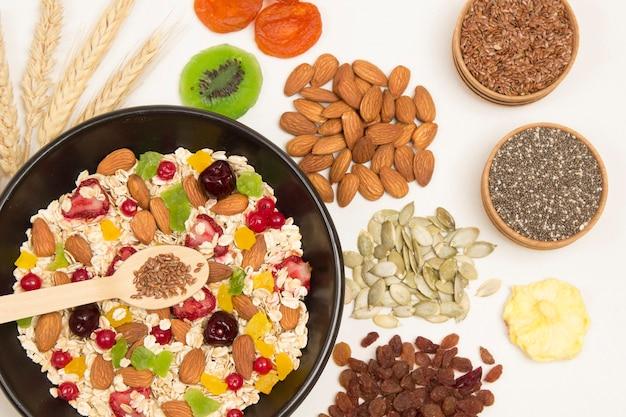 Сбалансированный белковый завтрак с мюсли. плоды, ягоды, семена, орехи.
