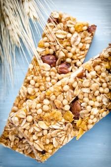 Зерновые батончики мюсли и пшеница крупным планом