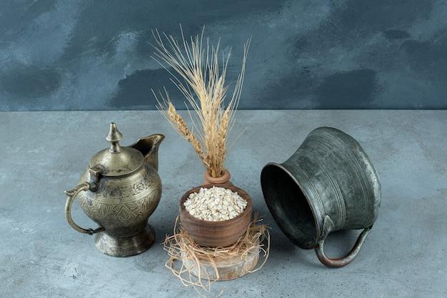 파란색 배경에 나무 컵에 muesli 곡물. 고품질 사진