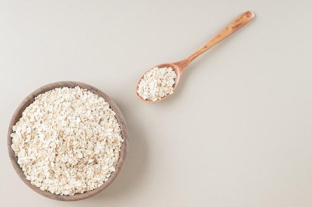 Porridge di muesli in una tazza sul cemento.