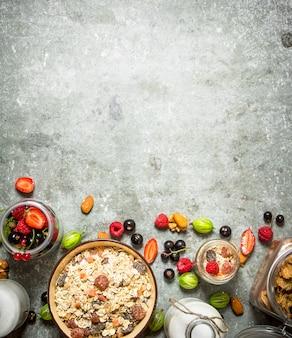 Мюсли с лесными ягодами на каменном столе