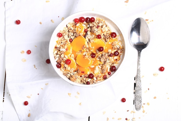 新鮮なベリーとミューズリー。健康的な朝食