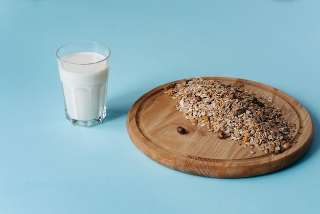オーツ麦ナッツとミルクのミューズリーヘルシーな朝食のコンセプト