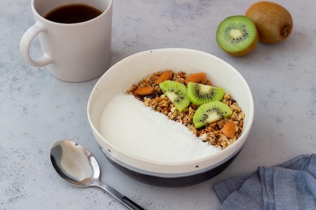 Мюсли с белым йогуртом, киви и кокосовой стружкой