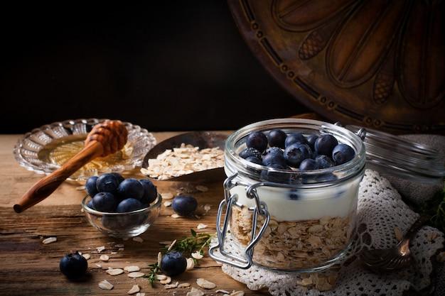 ヨーグルトとガラスの瓶に青い果実のミューズリー。