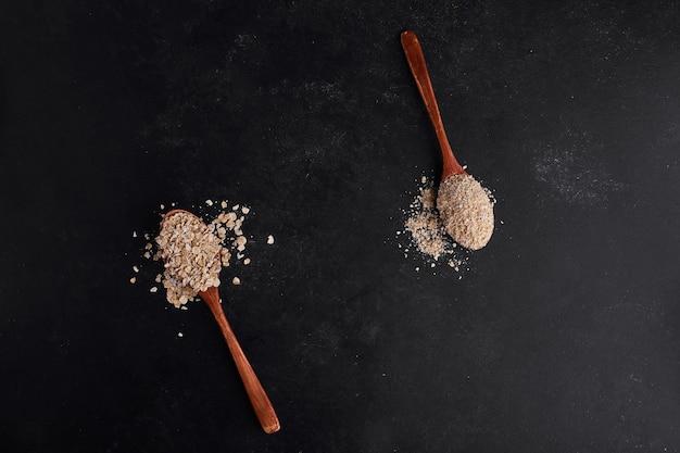 Mueslies in cucchiai di legno, vista dall'alto.