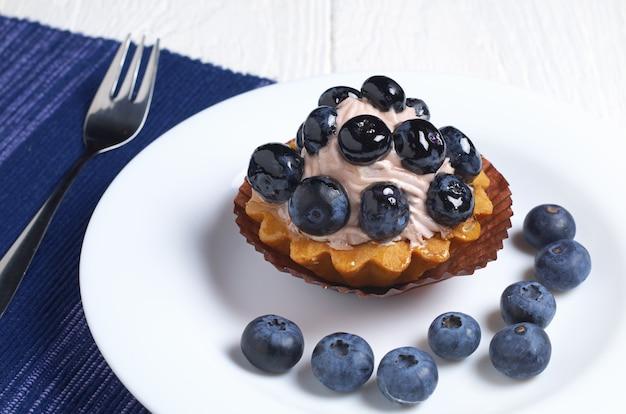 皿の上のブルーベリーとマフィン