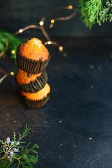 マフィンカップケーキテーブルの上の自家製のベーキングケーキ