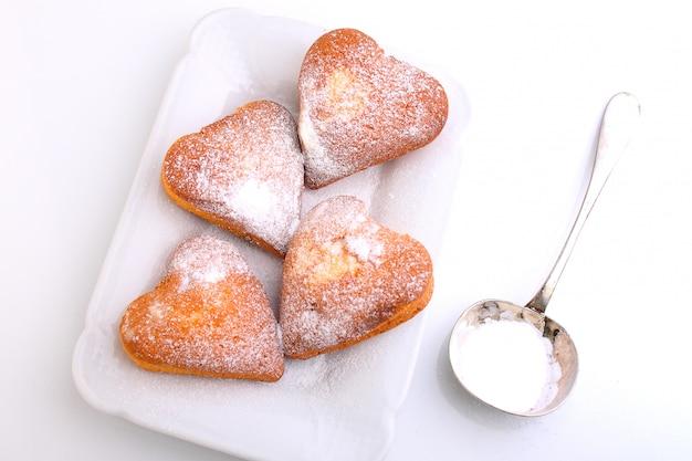 Маффины в форме сердца с сахарной пудрой