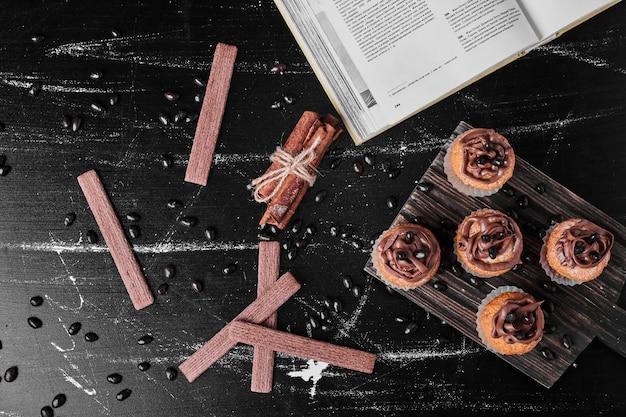 Маффины с кремом какао на деревянной доске