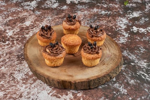 Muffin con crema al cacao su una tavola di legno.