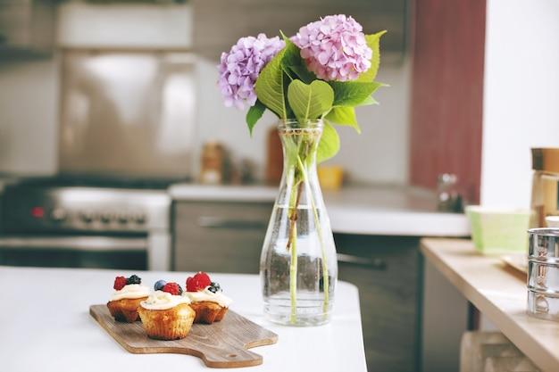 テーブルの上の果実とクリームのマフィン