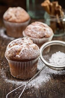 レーズン入りマフィン。粉砂糖入り自家製ケーキ